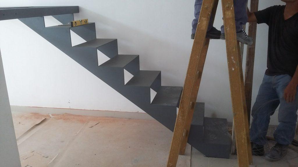 Escalera en U, con descanso y plataforma en primer piso