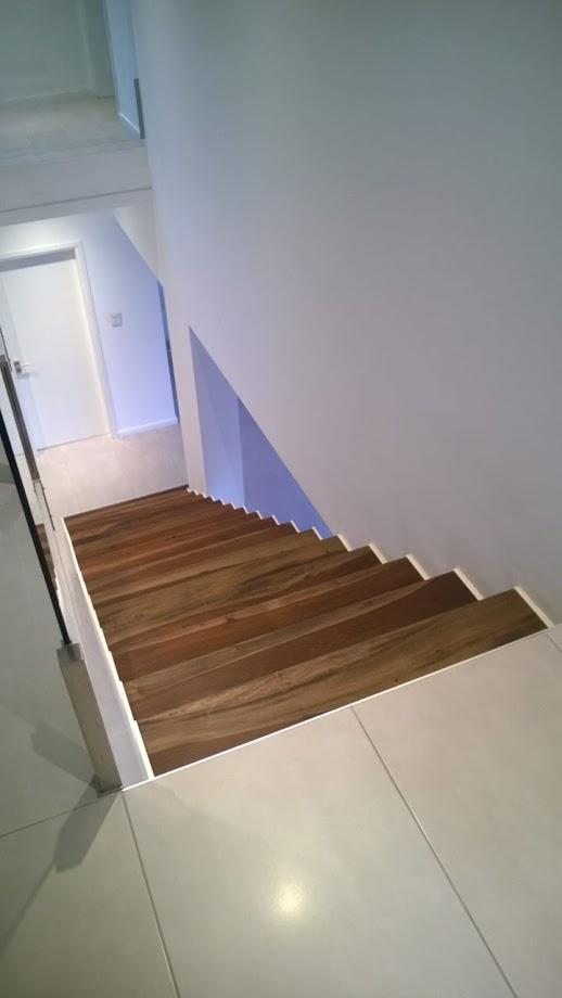 Escalera interior con madera
